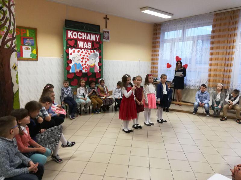 Zespół Szkół w Chorzelowie Dzień Babci i Dziadka w klasie I a
