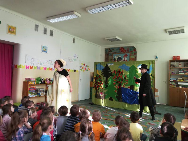 Zespół Szkół w Chorzelowie Spotkanie z teatrem - 'Calineczka'