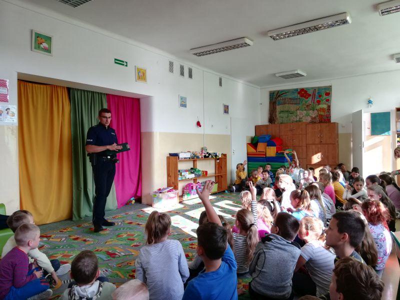 Zespół Szkół w Chorzelowie 'Bądź bezpieczny!' - spotkanie z Policjantem